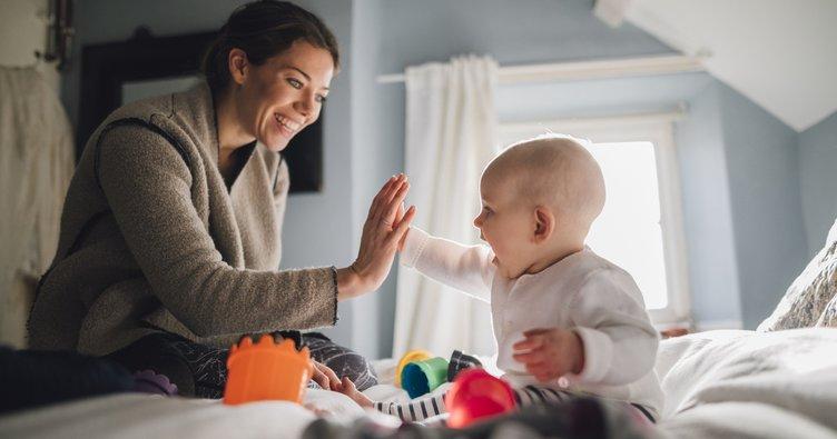 Bebekler kendilerini taklit edenleri fark ediyor ve seviyor