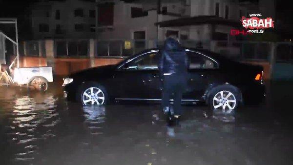 İzmir Karşıyaka'da yolları su bastı araçlar suya gömüldü   Video