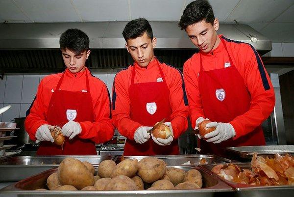 Altınordu'nun gençleri kadın yardımcıların işlerini yaptı