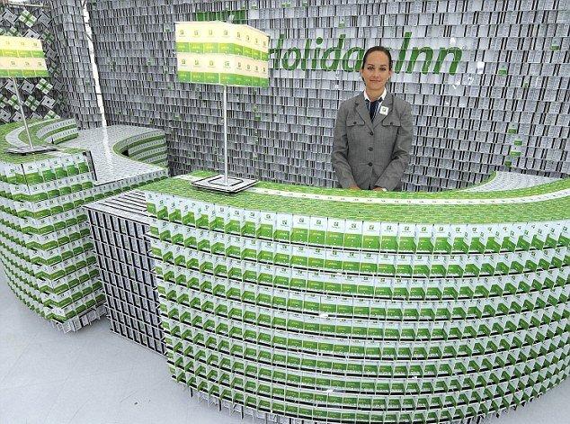 200 bin plastik kartla otel inşa etti