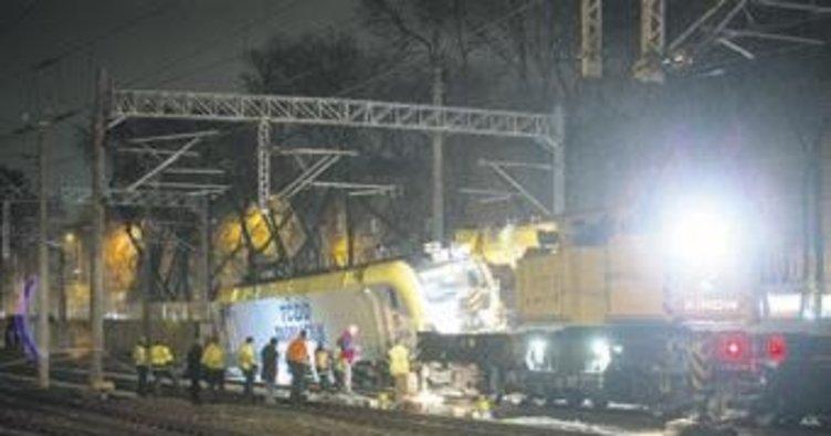 Raydan çıkan trenin vagonları kaldırıldı