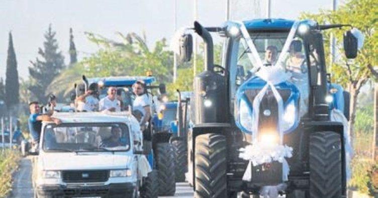 Dev traktör ile düğün konvoyu