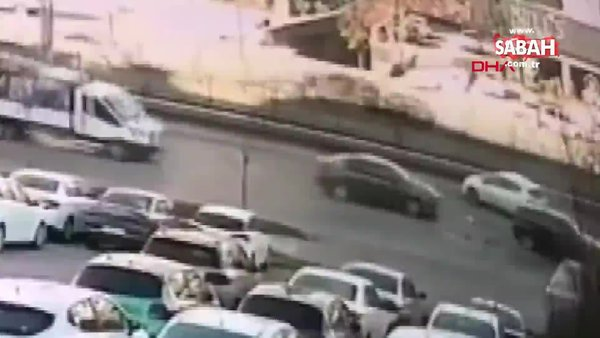 Bursa'da yola atlayan kedinin sebep olduğu zincirleme kazaya kamerada | Video