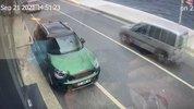 Özel Çalıştığı yalının önünde duran kadın fizyoterapiste otomobil çarptı: Kaza anı kamerada