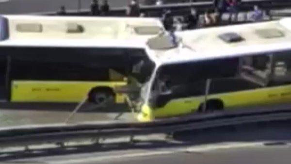 Son dakika: İstanbul'da iki metrobüs kafa kafaya çarpıştı! Olay yerinden ilk görüntüler... | Video
