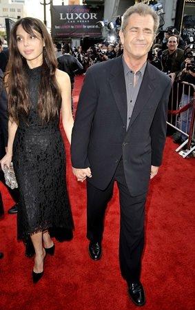 Mel Gibson genç sevgilisiyle!