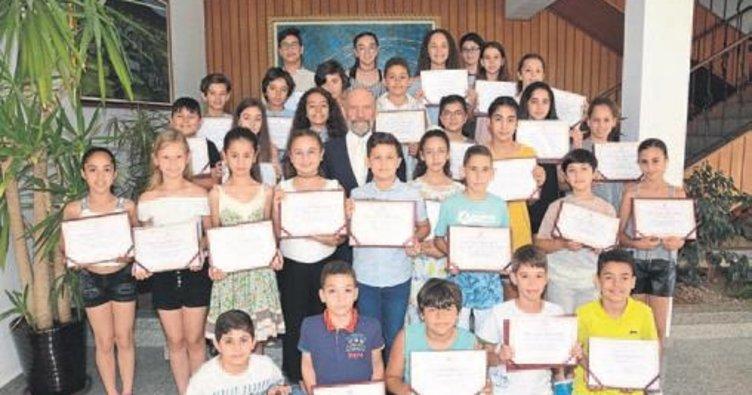 Dr. Suat Günsel öğrencilere başarı belgeleri verdi