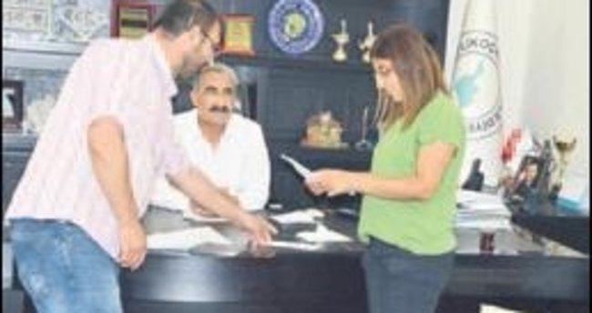 İhale tekliflerini gazetecilere açtırdı