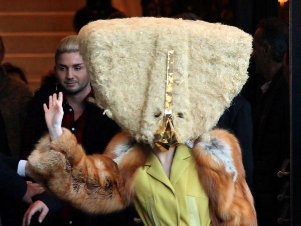 Acayip şapkalar takan ünlüler