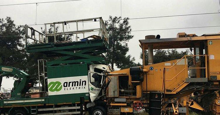 Tren hattında kaza yapan iki iş makinesi çekildi