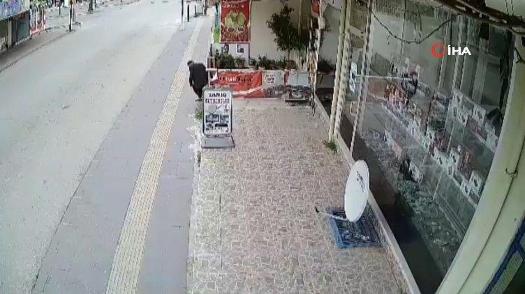 Çiçek çalan yaşlı adam şaşkına çevirdi!