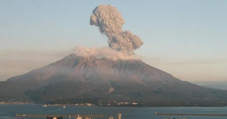 Japonya'da yanardağ faaliyete geçti! Tam 2500 metreye yükseldi