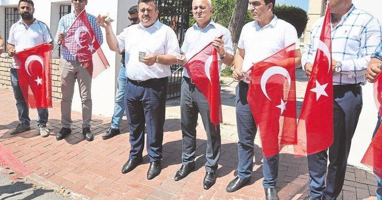 Tarsus şehitliği'nde dolar protestosu