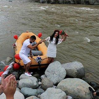 Gelin ve damat nikaha rafting botu ile geldi