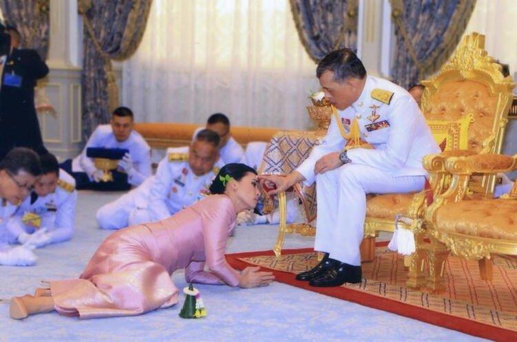 Şoke eden olay! Tayland Kralı Corona virüs karantinasına 20 kadınla girdi