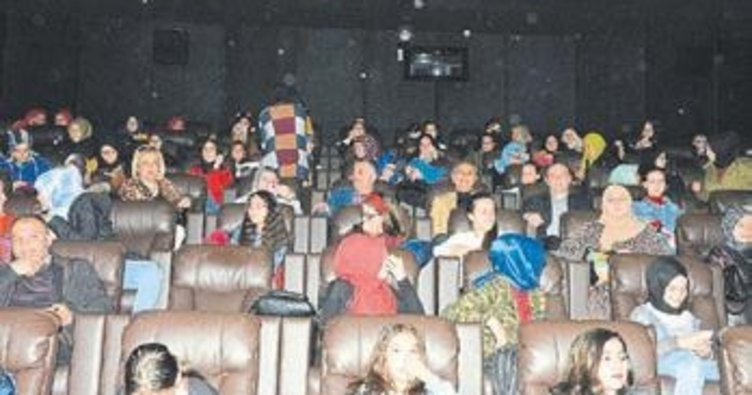 Vali, öğrencileri sinemaya götürdü