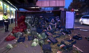 Lastiği çıkan kamyon devrildi, meyve ve sebzeler yola döküldü