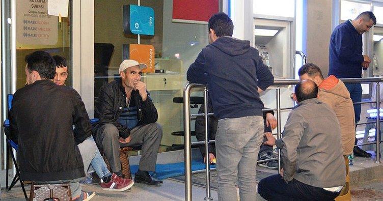 TOKİ'den ev alabilmek için banka önünde sabahladılar
