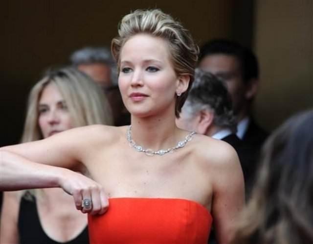 Jennifer Lawrence yine yere düştü!