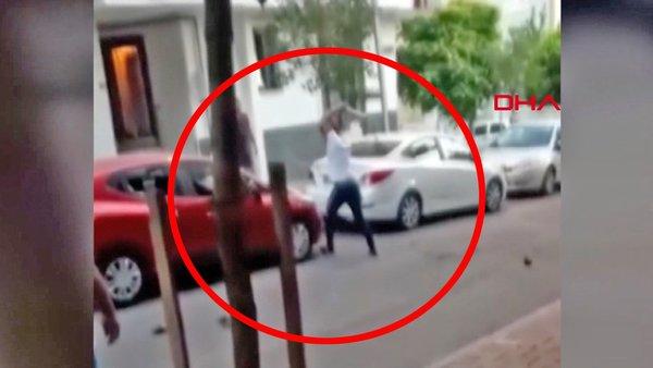 İstanbul Küçükçekmece'de eşiyle kavga eden kişinin otomobili parçalama anı kamerada | Video
