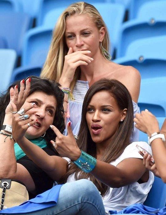 Balotelli'nin nişanlısı tribünü salladı!