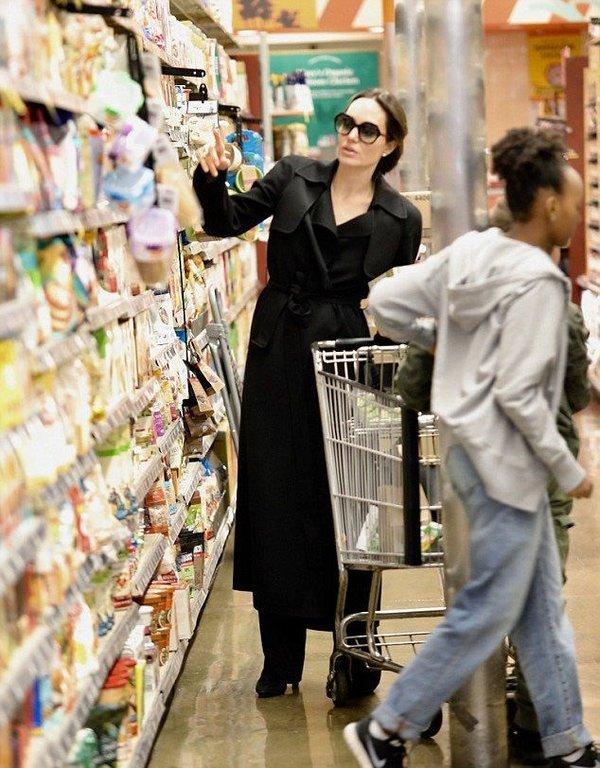 Angelina Jolie alışverişte görüntülendi