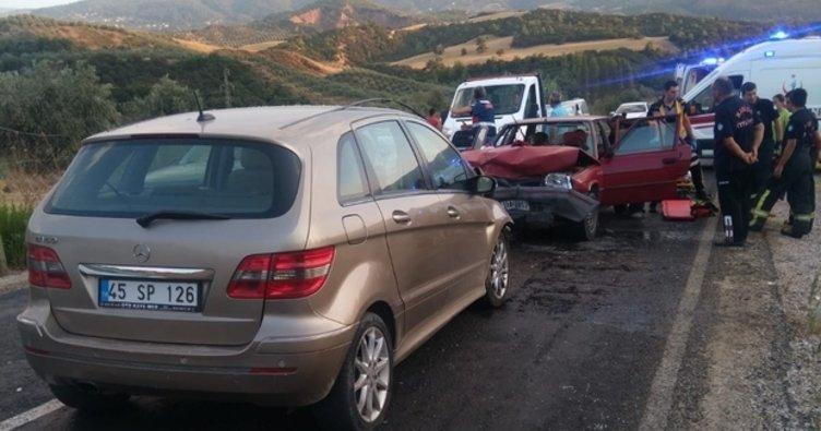 Manisa'da iki otomobil çarpıştı: 8 yaralı