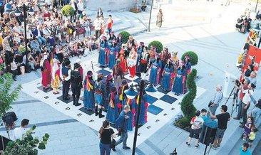 Yöresel dansla satranç oynadılar