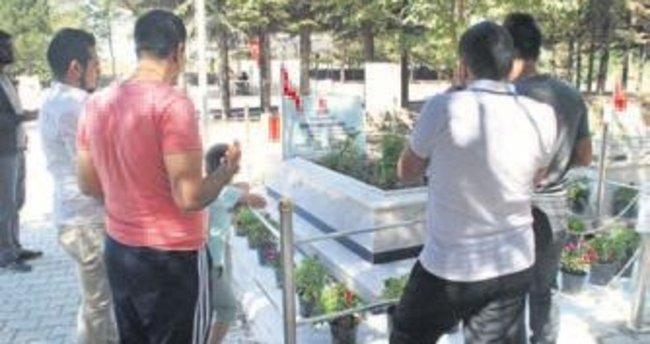 Kahraman'ın mezarı ziyaretçilerle doldu