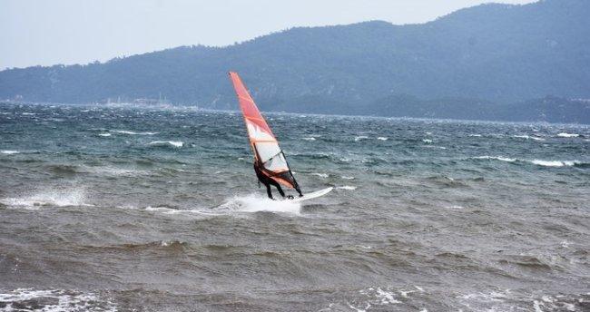 Marmaris'te adrenalin tutkunlarından sörf keyfi