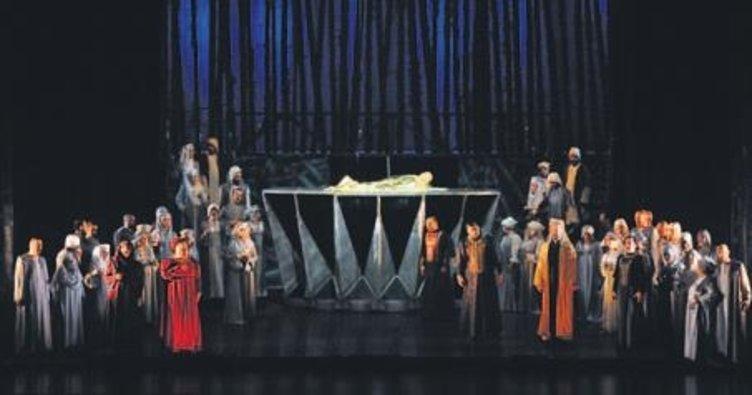 Zorlu PSM'de 'Macbeth' sahnelendi