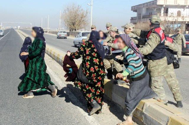 Ev yakmaya giden kadınları jandarma engelledi