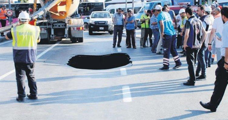 Dolmabahçe'de yol çöktü trafik kilitlendi