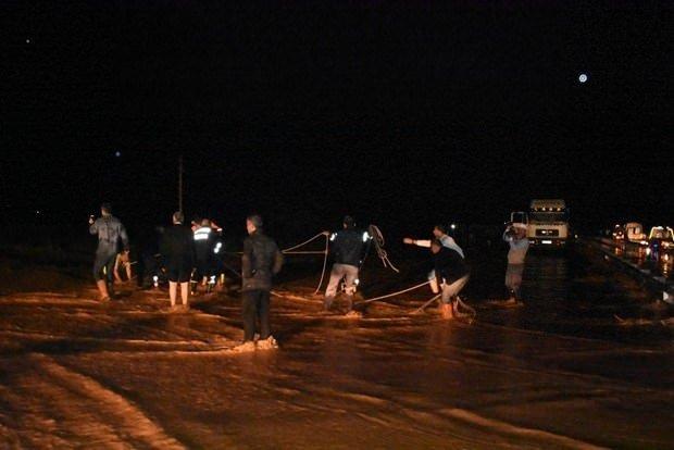 Sel sularına kapılan TIR sürücüsü öldü