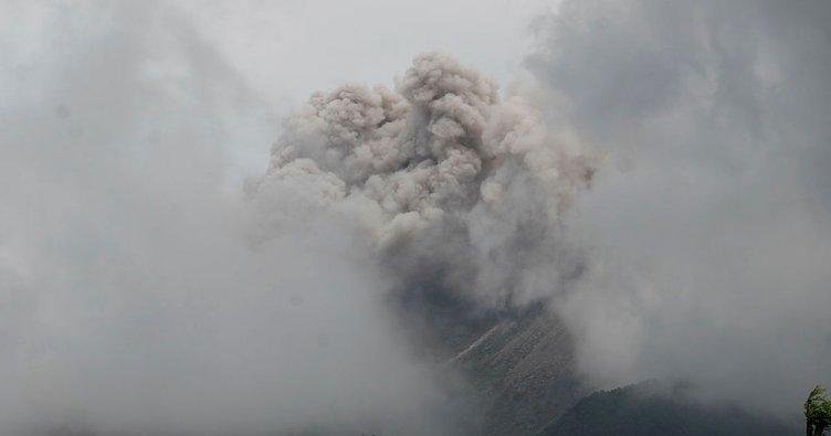 Endonezya'da Merapi Yanardağı'nda son 24 saatte 52 patlama yaşandı