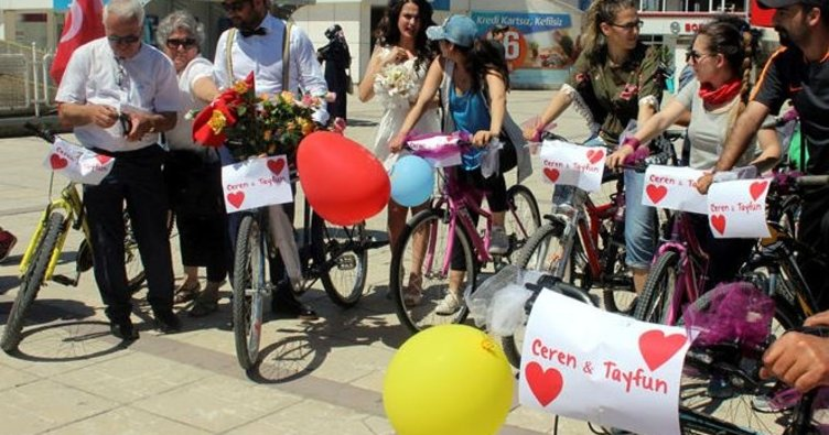 Gelin ve damadın bisikletli düğün konvoyu