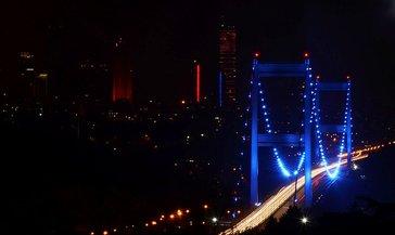 FSM Köprüsü 3 Aralık Dünya Engelliler Günü dolayısıyla mavi renge büründü