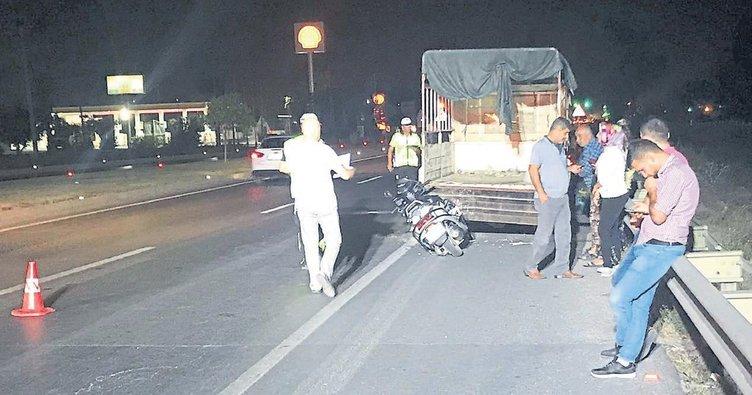 Duran kamyonete çarptı