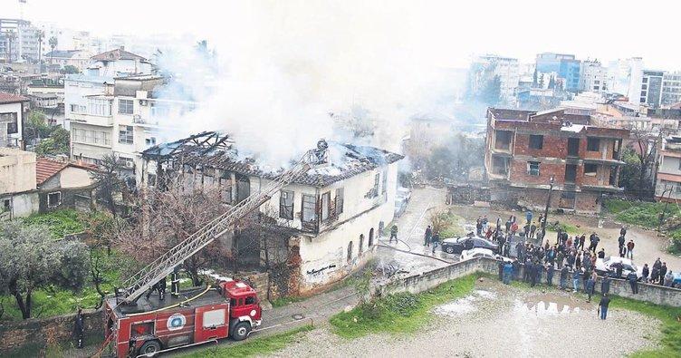 120 yıllık bina kül oldu