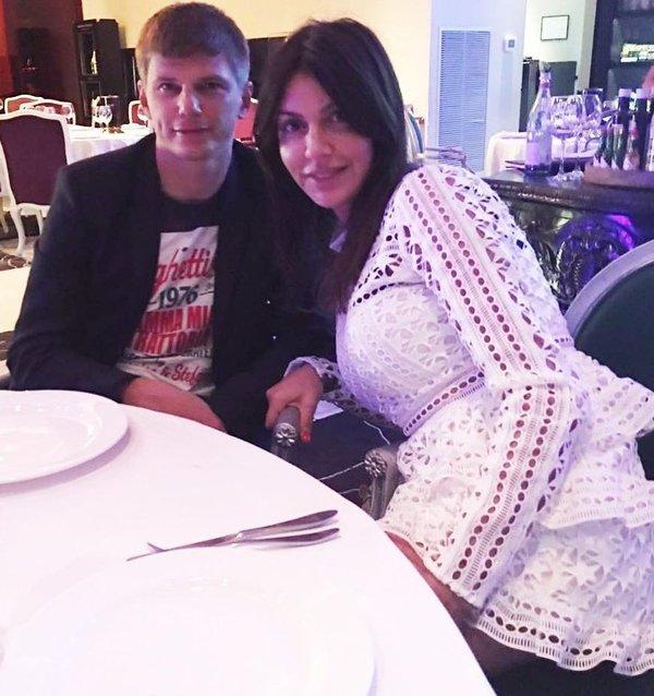 Ünlü futbolcu Andrey Arshavin'in eşi ve çocukları uçaktan indirildi