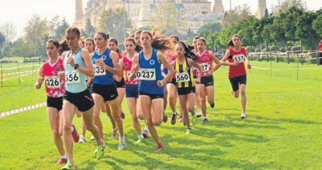 Yüzlerce atlet Adana'da 15 Temmuz için koştu