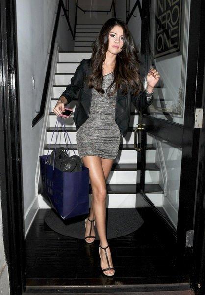 Selena merdivenden inerken frikik verdi