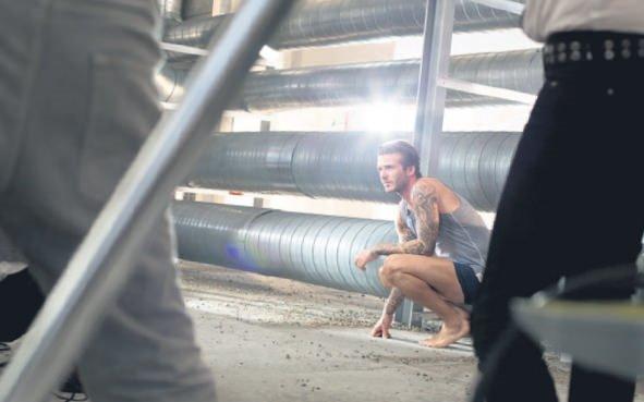 Beckham iç çamaşırıyla çatıda