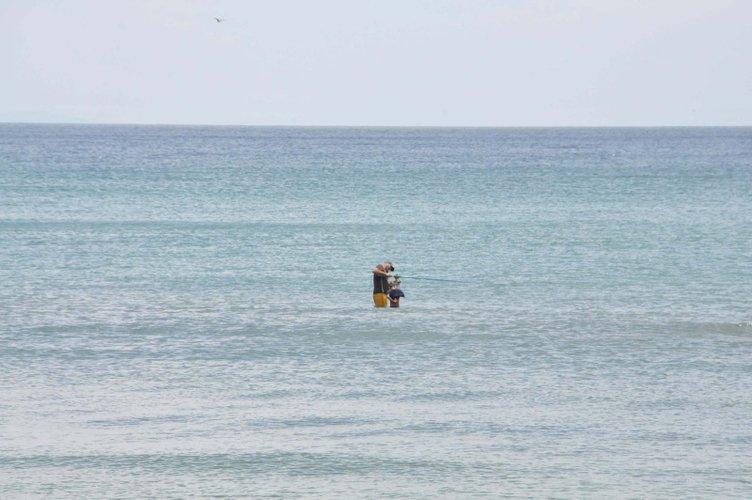 Sokağa çıkma kısıtlamasına uymayıp denize girdiler