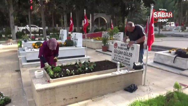 15 Temmuz şehidi Gülşah Güler'in annesi, kızının mezarını çiçeklerle donattı | Video