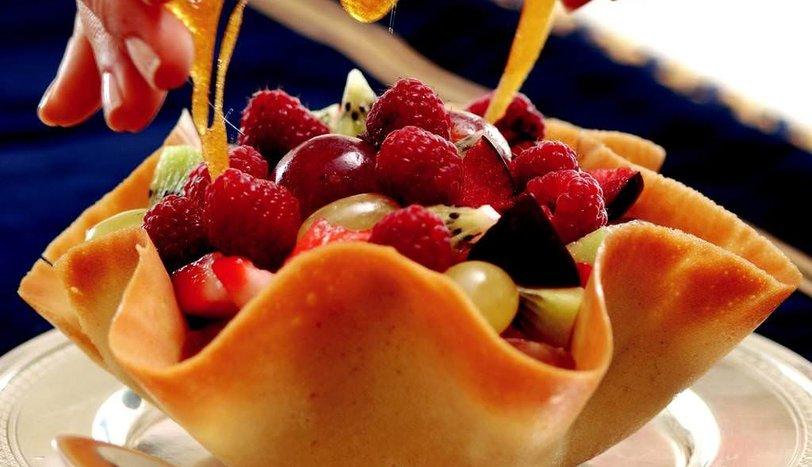 Vanilya Ve Badem Aromalı Kaselerde Meyve Salatası