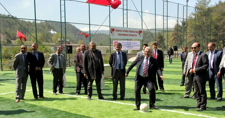 Hatay'da Suriyeliler için yapılan futbol sahası açıldı