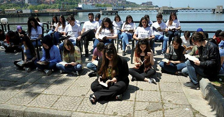Sahilde yürüyüş yoluna oturup kitap okudular