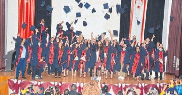 Genç iletişimciler diplomalarını aldı