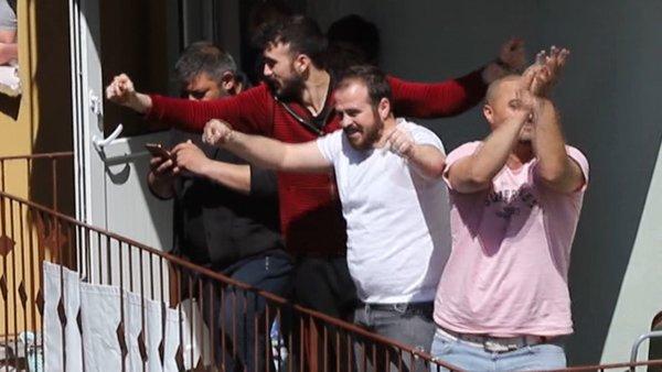 Ankara'da corona virüsü yüzünden evde kalanlara balkonda sazlı sözlü konser | Video